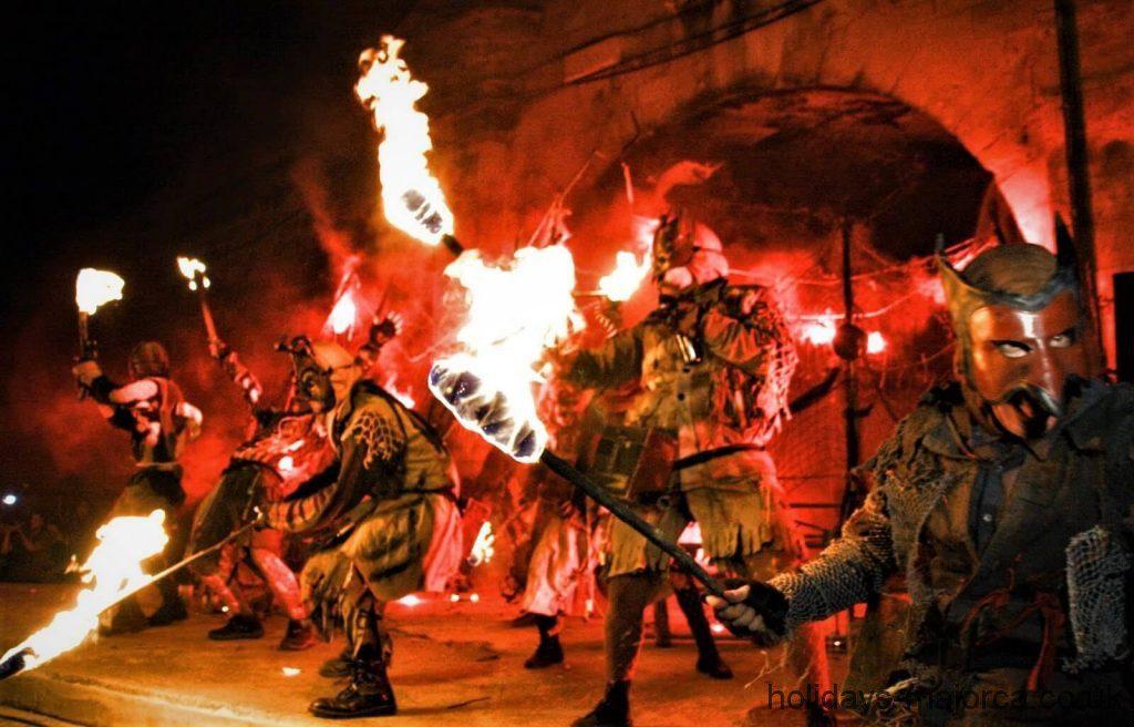 La imagen tiene un atributo ALT vacío; su nombre de archivo es Demons-with-fire-torches-walk-through-Palma-de-Mallorca-for-San-Sebastian-1.jpg